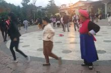 古城广场、巨大的转经筒下的广场舞,真正的男女老少共舞,认真、虔诚、动作到位。几位中年女性的舞蹈很有功