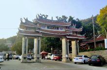 沿着步行道,一路往上走,就到了灵源山的半山腰。在晋江,这条灵源山山脉几乎从东北绵延到西南,包括了灵源