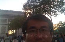 法国巴黎凯旋门是世界著名景点,每天都有来自世界各地的游客来此观光