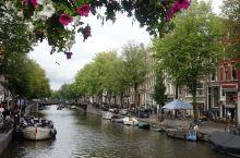 阿姆斯特丹,沿水路一路行来,两岸呈现了建筑时尚的变迁史。城市建筑几乎不许拆建,在各种时间段建的房屋有
