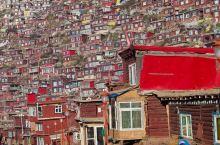 色达五明佛学院,坐落在四川省甘孜藏族自治州色达县境县城东南方约20公里处,海拔3600米以上。 在重