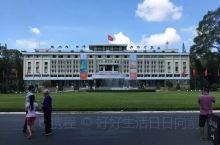 """统一宫位于胡志明市中心,是一座庞大的白色建筑,整体呈""""吉""""字型,寓意吉祥和幸运。         周"""