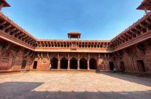 阿格拉从16世纪到18世纪都是印度的首都,这里是统治印度几百年的莫卧儿王朝的首都,这里融合了登峰造极