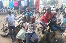 肯尼亚首都内罗毕中最大的一个贫民窟,对观光客来说是一个很有意思的体验,但是对当地人来说,这就是每天的