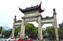 """衡山风景名胜区位于衡阳市南岳区境内,高峰是海拔约1300米的祝融峰。在""""五岳""""中,衡山的地理位置靠南"""