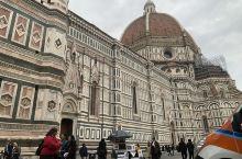 圣百花大教堂 作为佛罗伦萨的标志果然名不虚传,只是严格的限流使排队等待成为必然,教堂外部雕塑之精细,