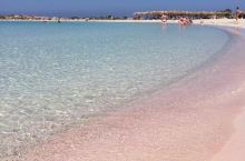 在克里特岛,从飞机下来坐车坐了将近三四个小时才来到这个粉红沙滩打卡。只能说和澳洲真的相去甚远了,其实