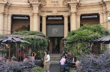 米兰 2018年九月开业的一家星巴克烘焙旗舰店,离米兰大教堂不远,面积非常大,两层,设计很独特,人很