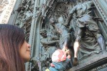 到 米兰·伦巴第大区  必然要去米兰主教座堂,世界第三大教堂,从始建到建成竟然花费了近六个世纪,不得