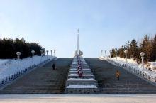 漠河县北极星广场,给人不一样的感受。坐火车先到哈尔滨,再乘坐夕发朝至的火车,早晨到达漠河县火车站,可