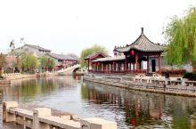 南阳古镇,距济宁市区约40公里,位于微山湖北部的南阳湖中,古老的京杭大运河穿镇而过。南阳古镇是一个典