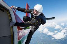 嗯,这一种滑翔跳伞空中的这种运动呢,在全世界都是非常火爆的,然后呢,看着这种自由自在在天空我有的感觉