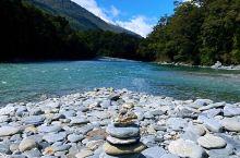 """Blue pools蓝池的湖水清澈透亮,山脉风光倒映碧池,有幸捡起湖边的石头叠起一座""""励志山"""",每一"""