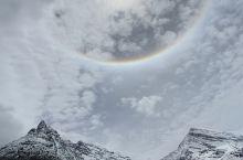 瞧,日晕!在登亚丁景区牛奶海的路途中,遇到了下雨雪,前一刻还是艳阳天,马上一片乌云笼罩就开始下雨下雪