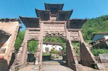 独山古寨位浙江遂昌,村前孤峰独峙,村外缓缓细流,十分具有韵味。 这里有着明清时期的典型建筑,昔日的古