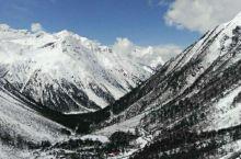 嘎隆拉山的海拔越来越高,雾气蒙蒙,雪花如絮,寒风似刀。我又累又冻,而且还出现了高原反应,头晕目眩耳鸣