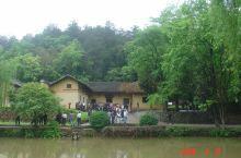 韶山,隶属于湖南省湘潭市,地处长沙、娄底、湘潭三市交界处,是毛泽东的故乡。