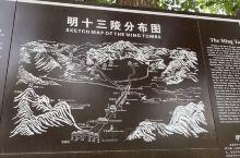 明十三陵神道,进门就能看到雄伟的长陵神功圣德碑亭,单程1.5公里,里面的各种石刻高大巍峨,惟妙惟肖。