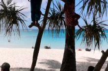 长滩岛可爱的小孩们,个个都是爬树高手,椰子树一眨眼的功夫就爬上去了,蓝天白云碧海在这么美好的环境里无