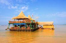 柬埔寨~暹粒 世界第二大淡水湖-洞里萨湖  相传洞里萨湖底有一条七头蛇神,有一天,蛇神的女儿即将嫁给