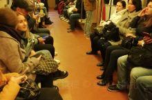 地铁是一个城市窗口,透过它,可以看到市民的文明程度和素质水平。明斯克的地铁较之国内硬件设施,车厢状态