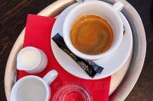 咖啡旅行 @ 金象咖啡馆(捷克·卡罗维发利小镇)  十月初的捷克,却已经有一秒入冬的错觉…  卡罗维