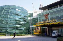 """这是一家似乎为大陆游客而设的购物中心""""曼谷王权免税购物中心"""",因为除了来自国内的游客几乎占了免税店人"""