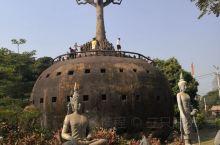 老挝佛像公园,位于湄公河畔,园中刻有各种佛教与印度教佛像近百尊,是万象最著名的旅游胜地之一。