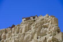 札达土林;古格王朝。 一夫当关,万夫莫开的古格王朝遗址。 上去只能通过山体内一人宽的隧道。 号称当时