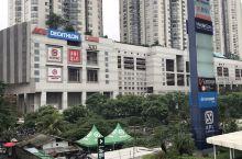 雅加达最大的购物中心,中央公园购物中心。好几个大楼连接在一起。负一层是吃饭的。基本的东西都有,大型超