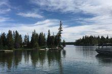 坐船到小巧玲珑的杰尼湖对岸,看冰雪融化形成的瀑布,再回到起点,看雪山、看清澈的湖水、奔流的小溪、与爱