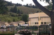这是黄石公园最不起眼的地方、游客不多。昔日的练兵场变成了野生动物的家园,人生有了一次特殊的体验,在小