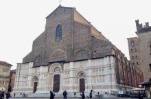 博洛尼亚,意大利北部城市。这里景点有圣白托略大殿,是欧洲等六大;双塔:一高一低,低的还是倾斜的;柱廊
