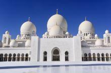 阿联酋最美丽的清真寺-阿布扎比大清真寺,也是阿联酋最大的清真寺。在伦敦飞往阿布扎比的飞机上,广播里说
