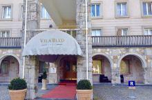 布莱德湖畔有一所酒店Villa Bled。前身是前南斯拉夫总统的别墅。这里正正对着湖心𡷊的码头,是无
