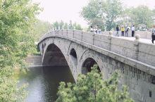 赵州桥也称安济桥,它是一座世界闻名的石拱桥,坐落在河北省赵县的洨河之上,距今已有1400多年的历史,