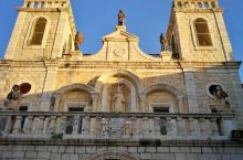 基督首现神迹的迦拿婚礼 基督和圣马利亚以及使徒们在约旦河畔的迦拿,正遇一户人家举办婚宴,主人邀请他们