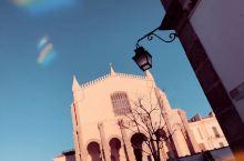 埃武拉这座城市最早是由罗马人建立的,人骨教堂 光听听名字 就有一种毛骨悚然的感觉!入内需要先经过一片