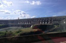 参观世界第二大水电站伊泰普水电站有感 在世界上最大的伊瓜苏瀑布的下游伊瓜苏河上,高耸着跨度达6600