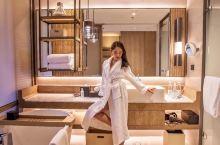 【深圳|30度来袭!广东三月就入夏,这家酒店满足你对海与阳光的畅想】 步入酒店第一眼就是眼前的这个悬
