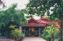 从Wat Preah Prohm Roth出来,司机把我们带去手工业学校。手工业学校致力于振兴被红色