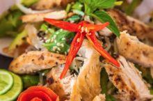 【柬埔寨美食推荐—暹粒NEST Restaurant-Bar】 户外空间很大,度假式休闲床好讨喜,