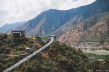 阳光下开着车,选择了距离古城40km的茶马古道,去感受一下深山里的大自然,丽江古城到高速路上还挺堵的