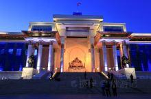 蒙古乌兰巴托其实是个现代城市。那些一日草原游都鸡肋的很,反而是市中心成吉思汗广场颇有气势,不远的甘丹