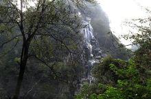 莲花峰瀑布从山顶喷流而下,水流撞击岩石化为水雾从天而降,如同丝带,飘飘洒洒,纤柔秀丽,附近群峰似成花