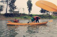 万荣的南松河就有那么好耍,河水不深,也很清澈,如果时间有限,可以坐机动船欣赏两岸风景,有点像漓江的感