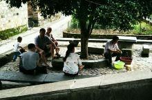瑶里古镇和绍兴的仓桥直街都比较原生态,都不用买票,不要被旅行社骗。          早上洗衣洗菜都