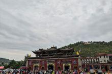 塔尔寺位于青海省西宁市西南25公里处的湟中县城鲁沙尔镇,国家AAAAA级旅游景区。塔尔寺又名塔儿寺。