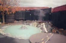 在新西兰最著名的温泉罗托鲁瓦小镇上,旅馆多不胜数,但大多数旅馆没有自己的温泉,跟住却找到一间小众而有