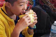 带领同学们去吃圣地亚哥本地的汉堡店。巨无霸大汉堡,一个汉堡可以两个人分着吃。只有在加州当地才有。